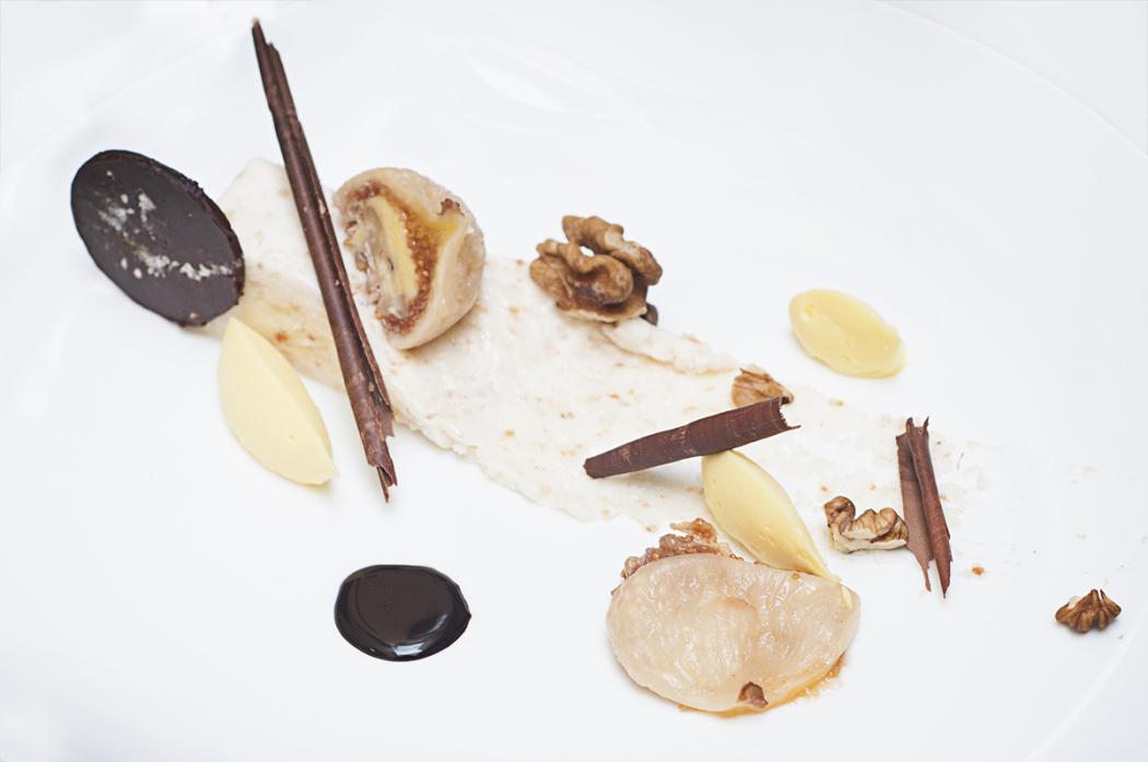 Mousse di ricciarelli, fichi ripieni di mascarpone e noci, cioccolato e brioschi